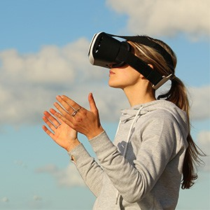Inhaltsbild Blogbeitrag Frau mit VR-Brille